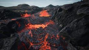 Lava che scorre dall'eruzione della lava del vulcano rappresentazione 3d immagine stock