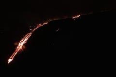 Lava che scorre giù la montagna Immagini Stock Libere da Diritti