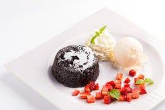 Lava Chocolate Cake med glass och mintkaramellen Arkivbilder