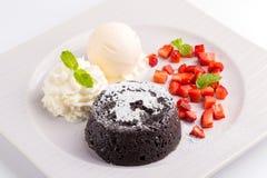 Lava Chocolate Cake med glass och mintkaramellen Royaltyfria Foton