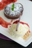 Lava del cioccolato con gelato alla vaniglia fotografia stock