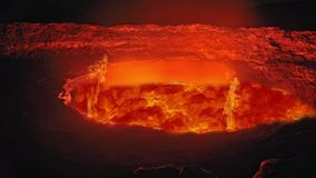 Lava del fuego rojo del volcán de la erupción Lava roja caliente que fluye del top del volcán almacen de video