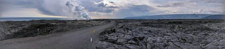 Lava Delta in een woestijn van de lavarots met weg in het midden Stock Foto's