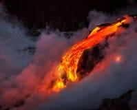 Lava, die in den Ozean fließt Stockfotos