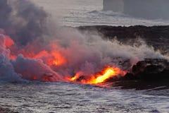 Lava die in oceaan stromen - Kilauea-Vulkaan, Hawaï Royalty-vrije Stock Foto's