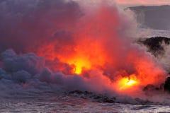 Lava die in oceaan stromen - Kilauea-Vulkaan, Hawaï Stock Foto's