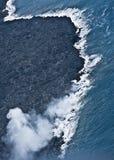 Lava die in Oceaan stroomt Stock Foto