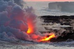 Lava, die in Ozean - Kilauea-Vulkan, Hawaii fließt lizenzfreie stockfotos