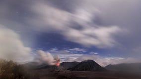 Lava die uit uit de krater van vulkanische bergmt Bromo bij nacht komen stock foto