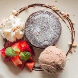 Lava do chocolate com gelado Imagens de Stock