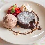Lava do chocolate com gelado Fotografia de Stock Royalty Free