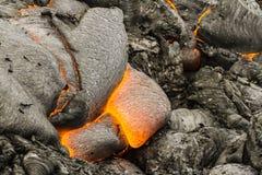 Lava encarnado perto do vulcão ativo Tolbachik, Kamchatka, Rússia foto de stock