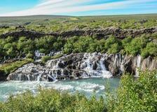 Lava fällt Hraunfossar-Lauf als kleine Wasserfälle und Stromschnellen in den Hvita-Fluss, Borgarfjordur, West-Island, Europa lizenzfreies stockfoto