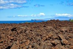 Lava Fields op Maui, Hawaï met Molokini in de afstand royalty-vrije stock fotografie