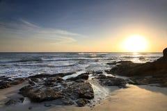 Lava Flow sulla spiaggia dell'oceano Pacifico di Costa Rica al tramonto Immagine Stock