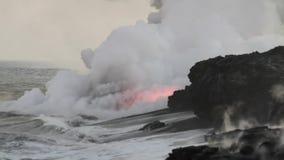Lava Flowing Into Pacific Ocean banque de vidéos