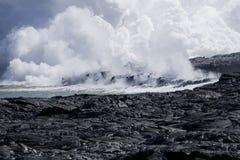 Lava-Fluss in Ozean   stockfotografie