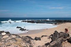 Lava irrigidita sulla spiaggia sabbiosa Bucan Canot, la Riunione Immagini Stock