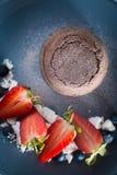 Lava Kuchen, Blaubeeren und stawberries Stockbilder