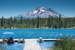 Lava Lake, langs de Toneelbyway van Cascademeren dichtbijgelegen Kromming Oregon, met MT bachelor stock afbeeldingen