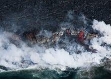 Lava que fluye en el océano fotografía de archivo