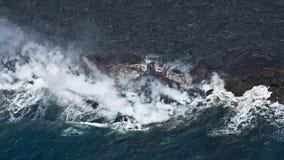Lava que fluye en el océano Imagen de archivo libre de regalías