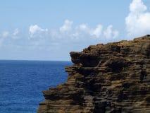 Lava Rock Cliff auf Küste mit Pazifischem Ozean im Abstand lizenzfreie stockfotografie