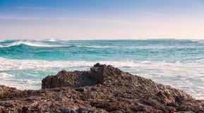 Lava Rock en de Caraïbische Zee Stock Fotografie