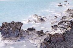 Lava Rock na lagoa azul imagens de stock