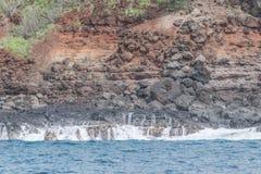 Lava Rock, roter Schmutz und Mini-Fälle lizenzfreie stockfotografie