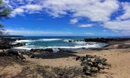Lava Rock und Koralle mit Spray der zusammenstoßenden Welle in den Gezeitenpools an Maluaka-Strand und Kihei Maui mit Himmel und  lizenzfreie stockbilder