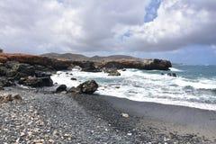 Lava Rocks Bordering sidorna av den svarta sandstenstranden Royaltyfri Foto