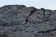 Lava Rocks Next To Erupting-Vulkaan stock foto's