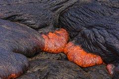 Lava som flödar nära den stora ön Hawaii för Puuoo krater Fotografering för Bildbyråer