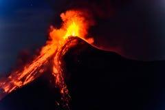 Lava spurtar från att få utbrott den Fuego vulkan i Guatemala Arkivbild