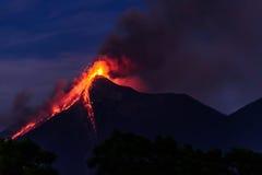 Lava spurtet vom Ausbrechen von Fuego-Vulkan in Guatemala Stockbild