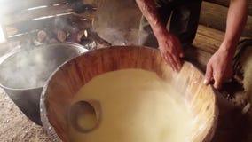 Lava suas mãos das cubas de madeira, do vapor e da cubeta do queijo quente vídeos de arquivo