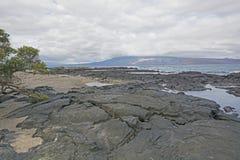 Lava und Sand in den Galapagos Stockfotos