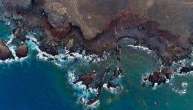 Lava y mar de la opinión de ojo de pájaros foto de archivo