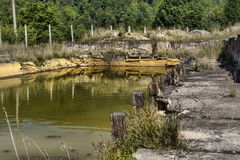 Lavabo al aire libre abandonado del agua mineral en Balvanyos, Rumania Foto de archivo libre de regalías