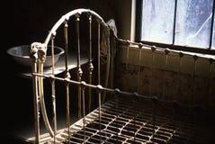 Lavabo antiguo de la cama y de colada en pueblo fantasma Fotografía de archivo