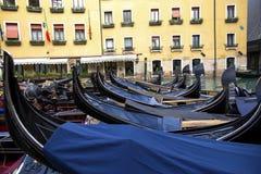 Lavabo Bacino Orseolo de Orseolo en Venecia Las góndolas se cierran para arriba Estacionamiento de la góndola Venecia Italia imagen de archivo