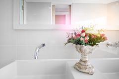 Lavabo bianco con il fiore fotografia stock