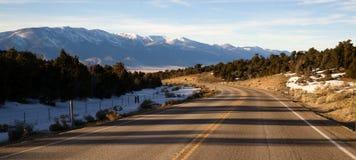 Lavabo circundante Nevada Highway Route del paisaje de la montaña gran Fotos de archivo