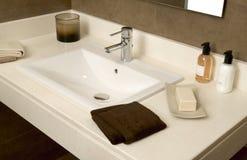 Lavabo con el jabón y las toallas Fotos de archivo libres de regalías