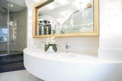 Lavabo dans la salle de bains de luxe images libres de droits