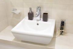 Lavabo de cerámica en un apartamento moderno fotografía de archivo libre de regalías