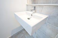 Lavabo de colada de cerámica del detalle del cuarto de baño Imagen de archivo