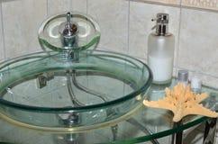 Lavabo de cristal del agua Fotos de archivo libres de regalías