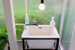 Lavabo de lavado de la mano en el cuarto de baño Fotos de archivo libres de regalías